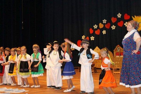 Šikovní škôlkari si pod vedením svojich učiteliek pripravili krásne ľudové pásmo, ktoré bolo plné zvykov, piesní aj tradícií.