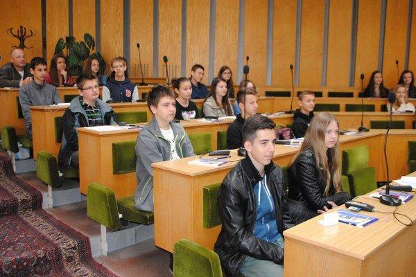 Vymenili poslancov. Dvadsaťštyri študentov si vyskúšalo simulované rokovanie mestského zastupiteľstva.