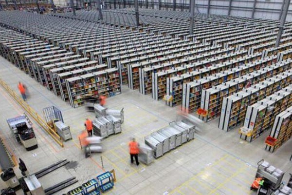 Amazon chce dať v novom distribučnom centre prácu tisíc ľuďom, pred Vianocami ďalším stovkám brigádnikov.