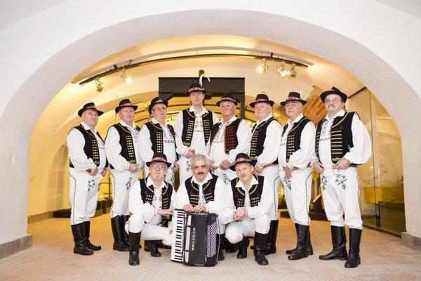 Spevácky folklórny súbor Furmaňe. Repertoár pozostáva zo zemplínskych, šarišských i rusínskych piesní.