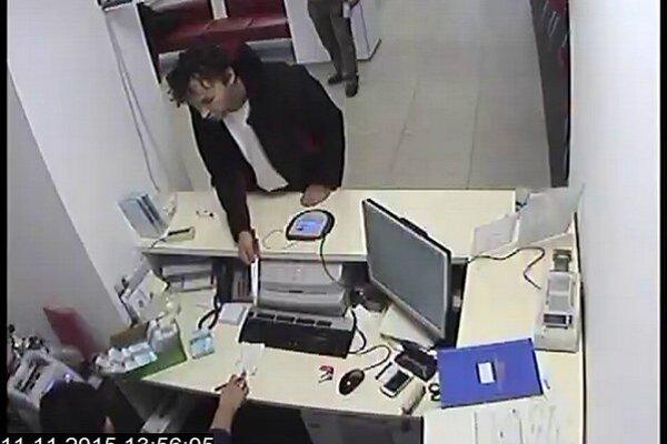 Lúpežník v banke nepochodil. Nedostal nič a ešte ho aj chytili.