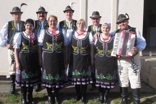 Trebišovská Orgoňina. V repertoári majú predovšetkým miestne ľudové piesne.