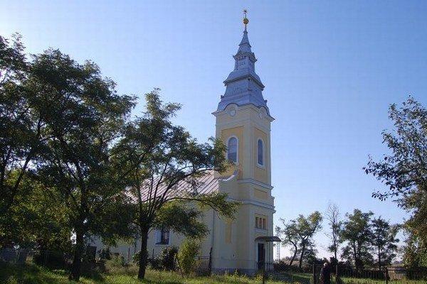 Reformovaný kostol v Zemplíne. Pri jeho renovácii pomáhajú veriacim dotácie a vlastné zdroje.