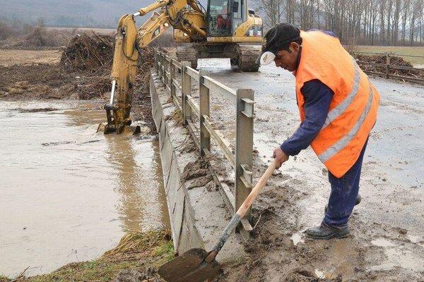 Povodňové problémy na Roňave sa opkaujú. Takto vyzerala v marci 2011.