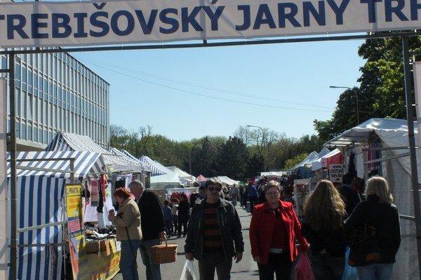 Trebišovský jarný trh. Prilákal do centra množstvo ľudí.