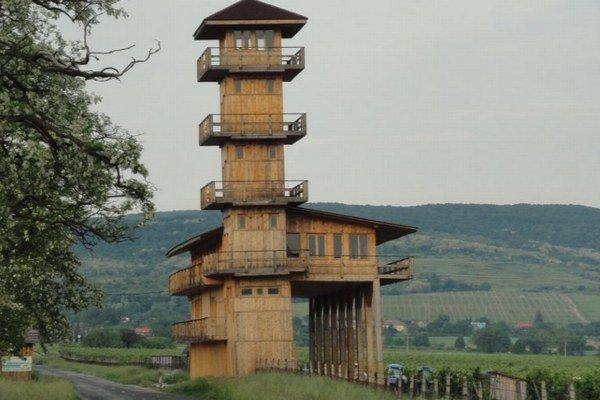 Pohľad na drevenú vežu, ktorá ohrozovala cestu.