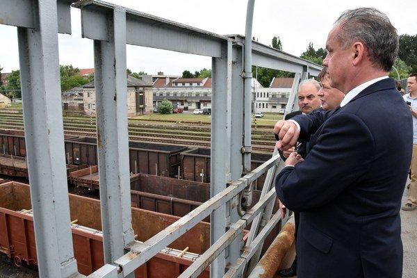 Na snímke prezident SR Andrej Kiska pri prehliadke prekladiska v Čiernej nad Tisou v rámci pracovného výjazdu na Zemplín.