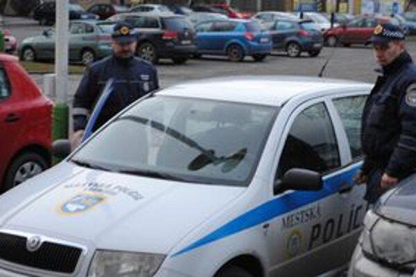Mestská polícia. Okrem zabezpečovania poriadku a hliadkovania roznáša mestským poslancom materiály na rokovanie.