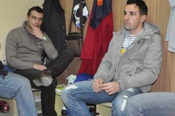 Dvojica ťahúňov Slavoja. V kabíne nechýbal skúsený J. Kročko (vľavo) i kapitán J. Capko.