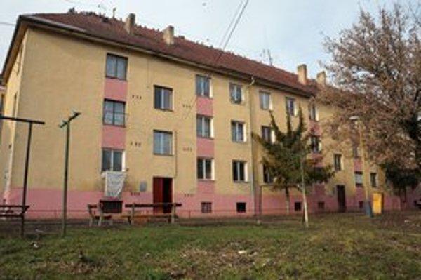 Bytový dom č. 1645 na Zimnej ulici v Trebišove. Mesto ho chce zbúrať.