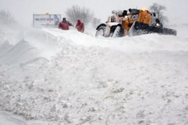 Zemplín bojuje so snehovou nádielkou.