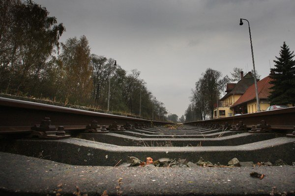 Muž prišiel o život pod kolesami vlaku.