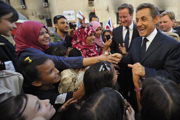 Camerona a Sarkozyho vítali v Líbyi ako hrdinov.
