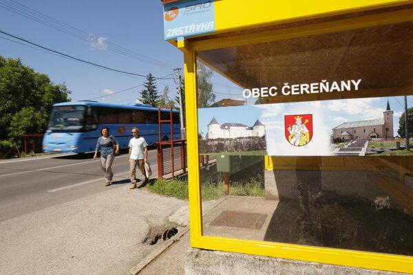 Autobusové zastávky obec premenila na malé kancelárie cestovného ruchu.
