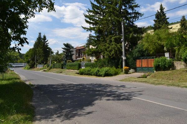 Na Mlynskej ulici vo Fiľakove chýba chodník desaťročia.