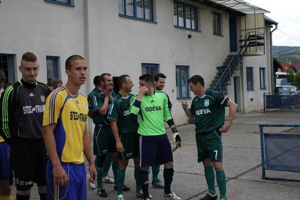 Nálada pominula. V minulom ročníku bol na tvárach futbalistov Lipian (úplne vpravo Angelovič) aj úsmev, momentálne však chýba.
