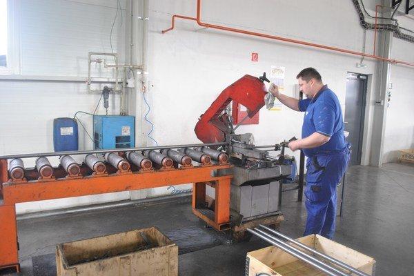 Oceliarska výroba. Našli tu prácu aj ľudia z úradu práce.
