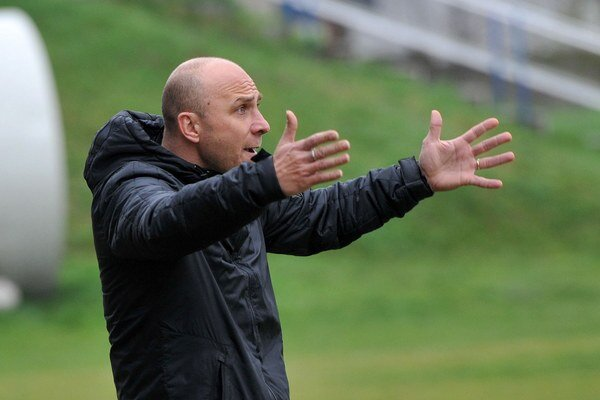 Tréner. Ľubomír Puhák gestikuluje, ale teší ho aktuálna  prvá priečka jeho tímu.
