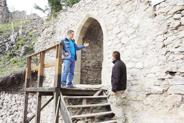 Stredoveký pieskovcový portál osadený na pôvodné miesto.