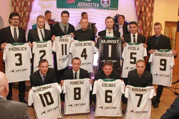 Ocenenie. Ivana Pončáka (v dolnom rade druhý zľava) zaradenie do Jedenástky VsFZ potešilo.