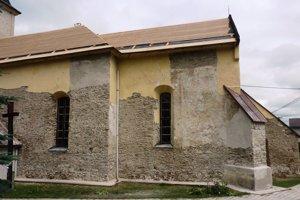 Celkový pohľad na kostol pre opravou. Maľba bola nečitateľná.