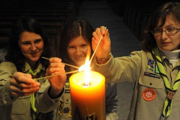 Skauti opäť prinášajú pred Vianocami Betlehemské svetlo.