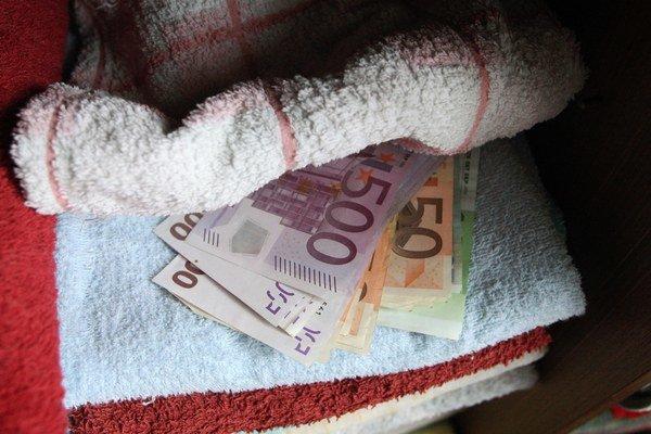 Mnohí seniori si peniaze ukrývajú doma. Práve preto ich vyhľadávajú podvodníci.