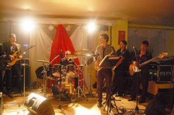 Muzikanti z Lipian a okolia. Na plese sa vystriedalo niekoľko kapiel.