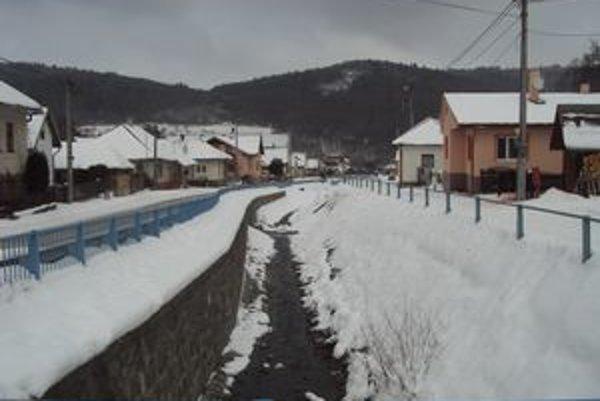 Obec Renčišov. Do dokončenia regulácie potoka chýba ešte 500 metrov.