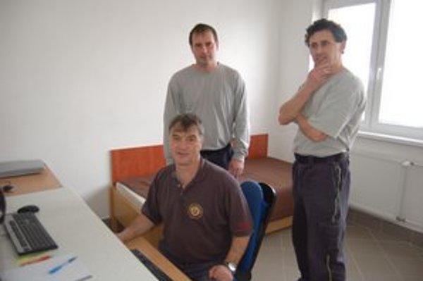 Hasiči. Ľ. Perdík, M. Kašaj a J. Škovran sa vo vynovených priestoroch cítia dobre.
