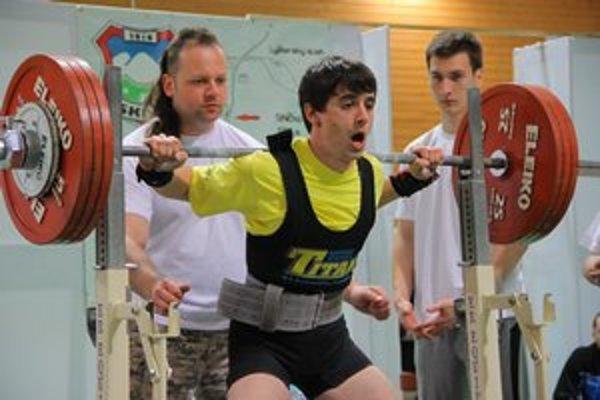 Adrián Perháč. Len 19-ročný sabinovský silový trojbojár vyhral kategóriu do 66 kg.