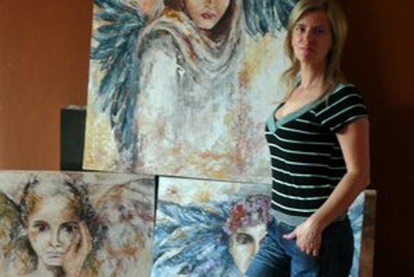 Mária Lašová so svojimi obrazmi. Maľovaním dáva zo seba von svoje pocity.