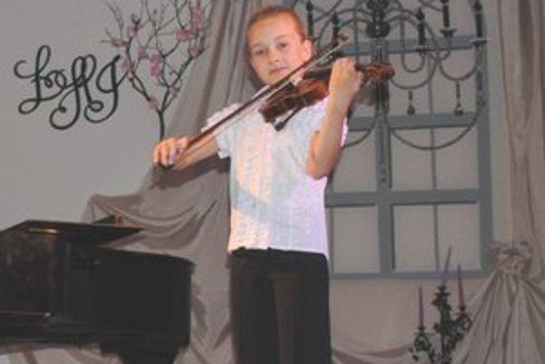 Monika Tremková. Koncom mája sa zúčastní súťaže Husľové talenty 2012.