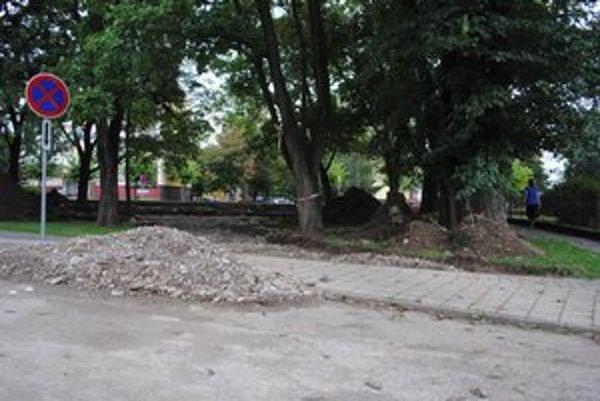 Práce v hornom parku. Nový chodník i lavičky by tu mali byť do mesiaca.