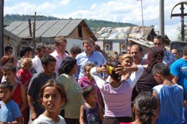 Politici navštívili aj rómsku osadu v Jarovniciach.