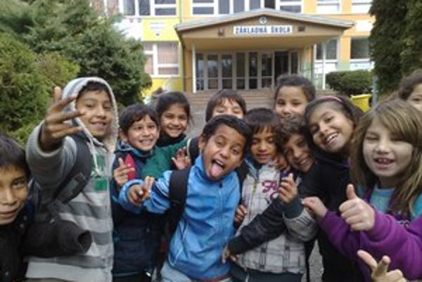 Deti pred základnou školou v Šarišských Michaľanoch.