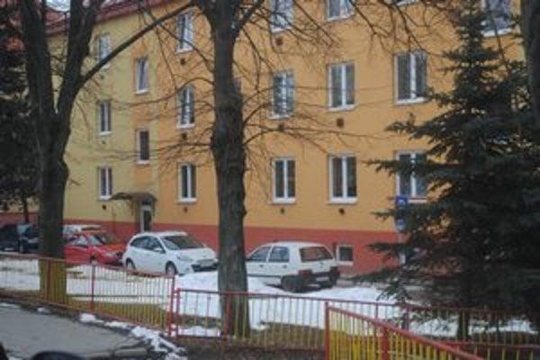 Parkovanie na Komenského. Ľudia by chceli viac plôch na parkovanie.