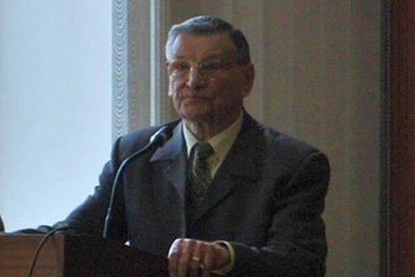 Ladislav Bartko. Žiaci pozorne načúvali jeho slovám.