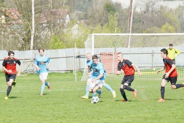 Strelcom v FK Krh. Podhradie sa darí. M. Almáši (s loptou) aj R. Kuzma už majú na konte po 15 gólov.