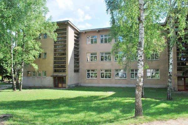 Základná škola na ul. Zlatej. Pôvodný plán rekonštrukcie bol zrušený.