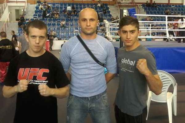 Talentovaní kickboxeri, vľavo T. Halász, vpravo T. Szajko, spolu s trénerom B. Milkom.