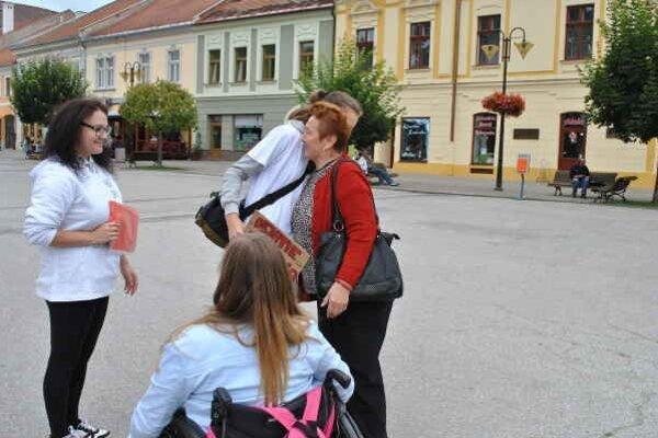 Takto to vyzeralo v praxi. Dievčatá zastavili pani, objali ju a popriali jej pekný deň.