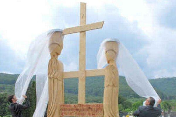 Anjeli a kríž. Slávnostné odhaľovanie súsošia.