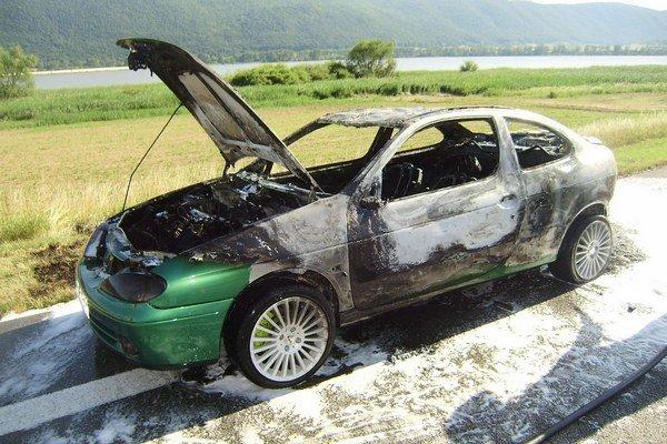 Po uhasení. Auto je zrelé do šrotu.