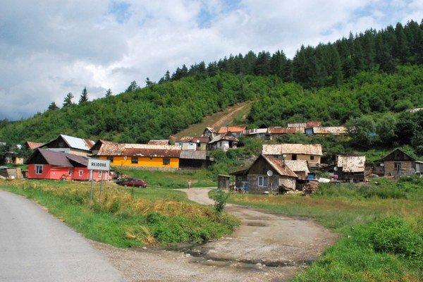 Rómska osada v Rejdovej. Rómovia v dedine žijú v načierno postavených stavbách, v mnohých dedinách to je podobné.