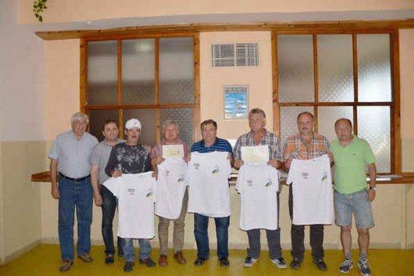 Ocenení. ObFZ ocenil pri príležitosti životného jubilea zľava V. Oravca, A. Csíka, O. Vysokého, P. Rákaia, G. Bakoša a J. Maliňáka (chýba). Na snímke sú vľavo J. Chanas a J. Džubák, vpravo D. Pollák.