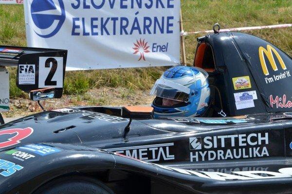Víťaz pretekov - český jazdec Miloš Beneš s vozidlom Osella FA30.