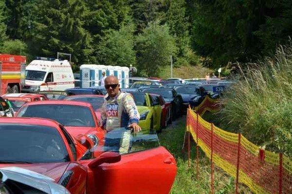 Predjazdci zaujali. V sobotu išlo pred tréningom niekoľko zaujímavých a hlavne drahých vozidiel. Zaujali aj Igora Drotára.