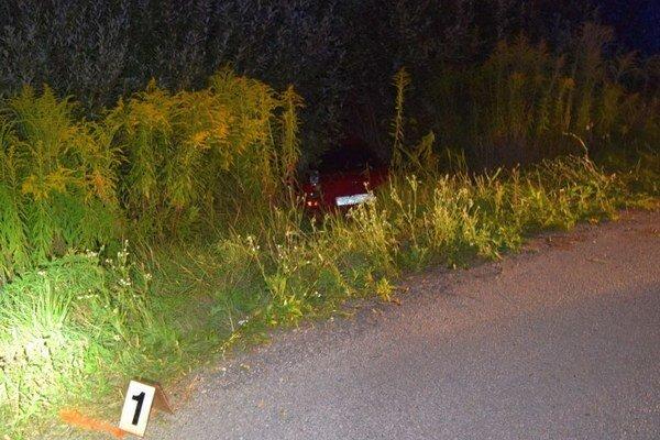 Auto mimo vozovky. Vodič počas jazdy utrpel infarkt.