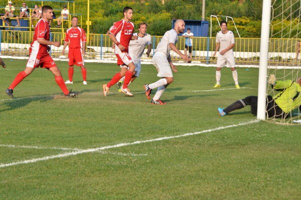 Jediný gól. O vyrovnávajúci a vlastne jediný gól Rožňavy sa postaral Jozef Korfanta (v strede).